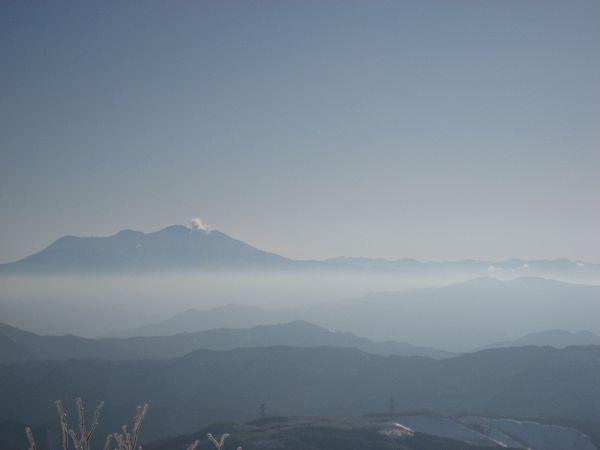 1.噴煙を上げる御嶽.jpg
