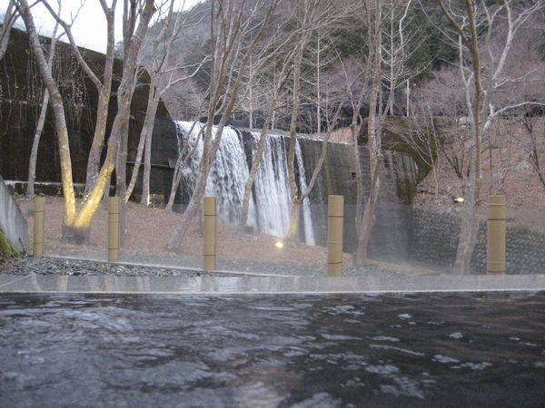 17.お湯越しに滝が見え・・・・.jpg