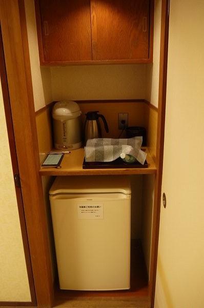 21.1室目の手前右に冷蔵庫とお茶.jpg