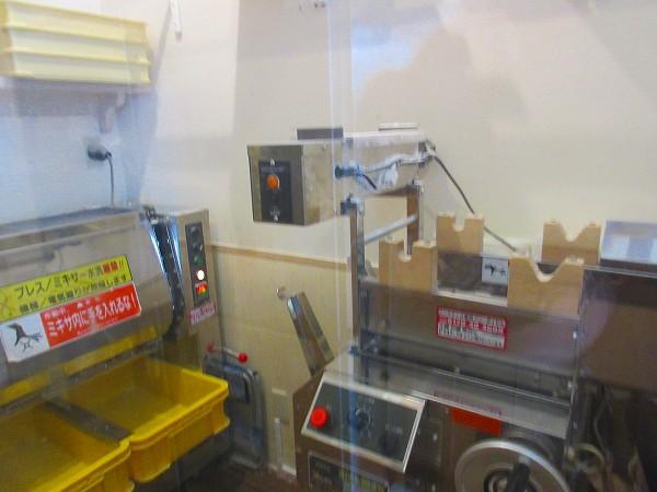 3.店内の製麺室.jpg