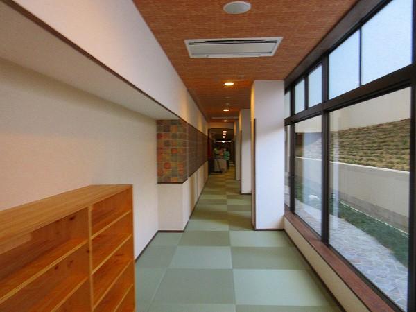 4.スリッパを脱いで畳の廊下へ.jpg