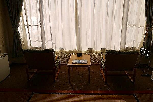 4.縁側の椅子は海側向き.jpg