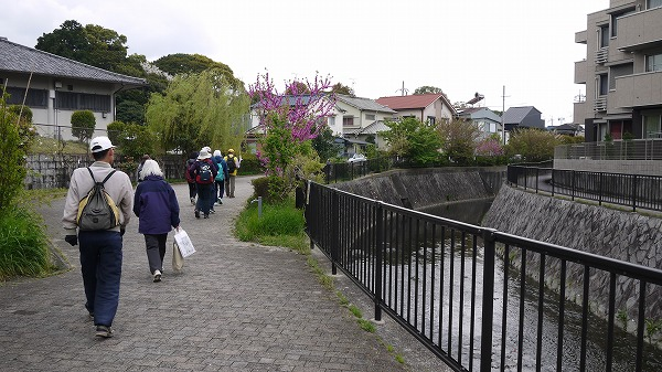 48.川沿いを歩く.jpg