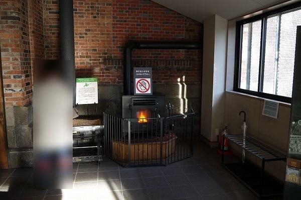 9.入ったところに暖炉.jpg
